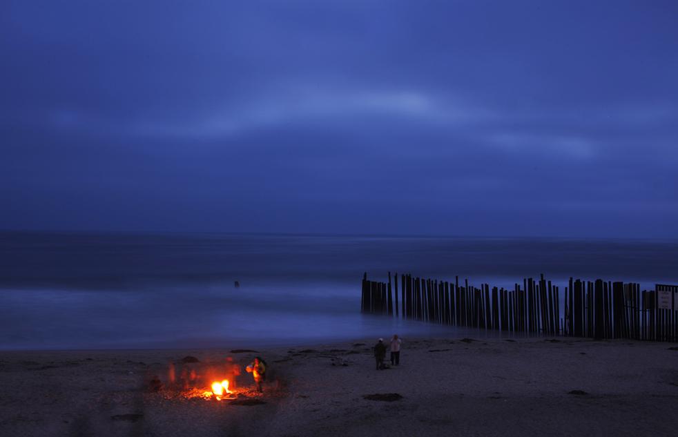 4) Люди собрались на пляже рядом пограничным забором, отделяющим США от Мексики в Тихуане, Мексика, 2 июля. (AP/Guillermo Arias)