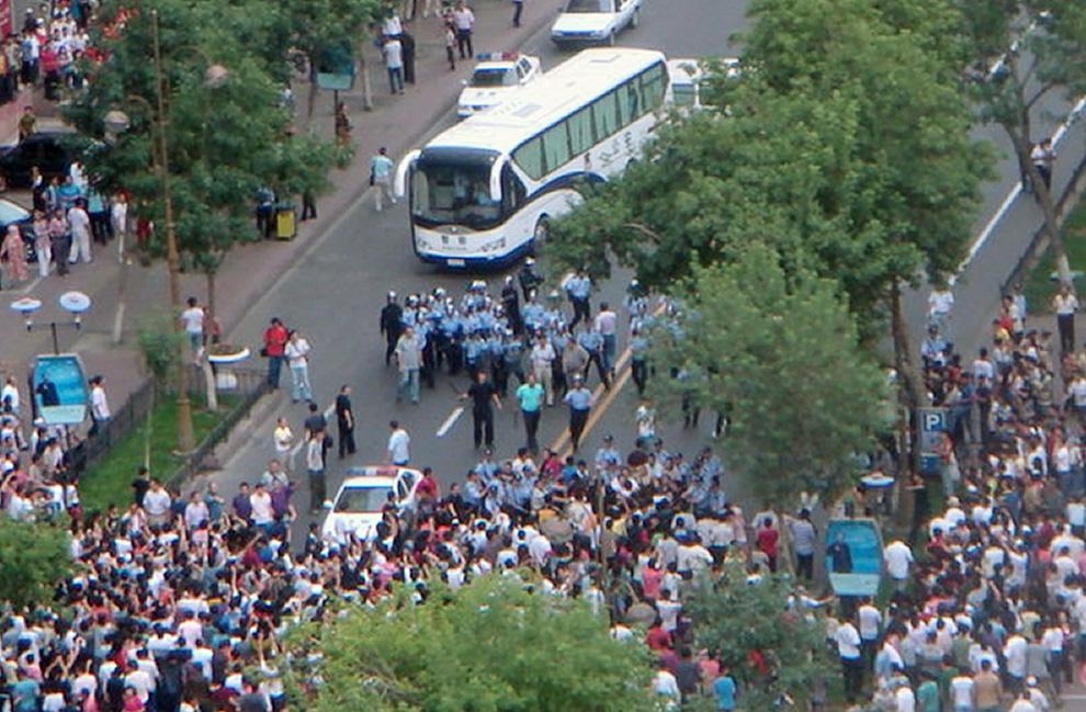 2) Это фото предположительно снятое 5 июля 2009 года и изданное 6 июля «Американской ассоциацией уйгуров», базирующейся в Вашингтоне, запечатлело сцену стычки между уйгурскими мусульманами и китайскими силами безопасности на одной из улиц в Урумчи, столице автономного района Синьцзян. (AFP/AFP/Getty Images/Uyghur American Association Handout)