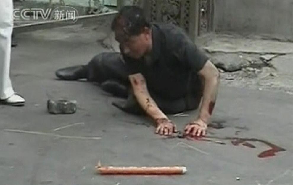 3) Кадр видео показанного на китайском канале CCTV 6 июля 2009. (REUTERS/ CCTV via Reuters TV)