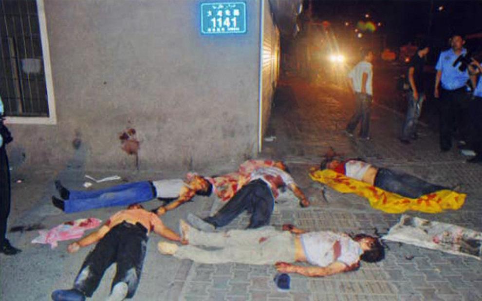 5) Трупы жертв беспорядков в Урумчи, Синьцзян. Фото было сделано 5 июля 2009 года и издано Reuters 7 июля. (REUTERS/Urumqi City Government/Handout)
