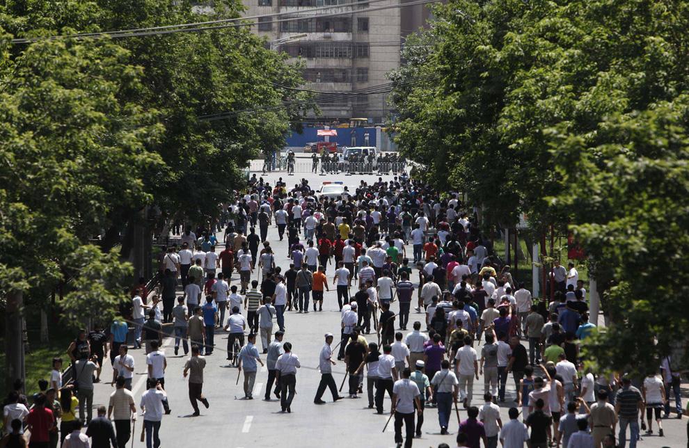 20) Толпа китайцев хань идет с палками и другими предметами по улице в Урумчи 7 июля 2009. (REUTERS/Nir Elias)
