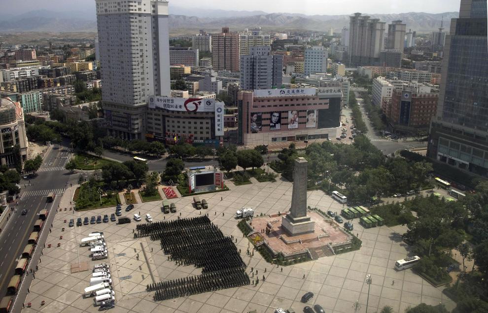 24) Китайские силы безопасности строятся на Народной площади в Урумчи в среду, 8 июля 2009. (AP Photo/Ng Han Guan)