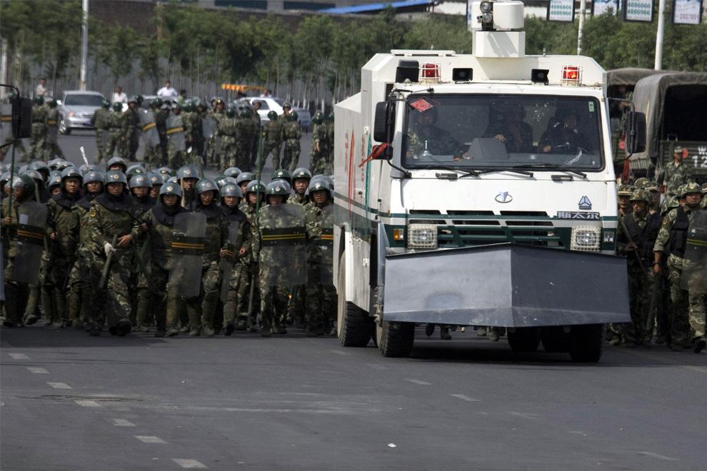 29) Китайская военизированная полиция готовится к встрече с протестующими в Урумчи во вторник, 7 июля 2009. (AP Photo/Ng Han Guan)