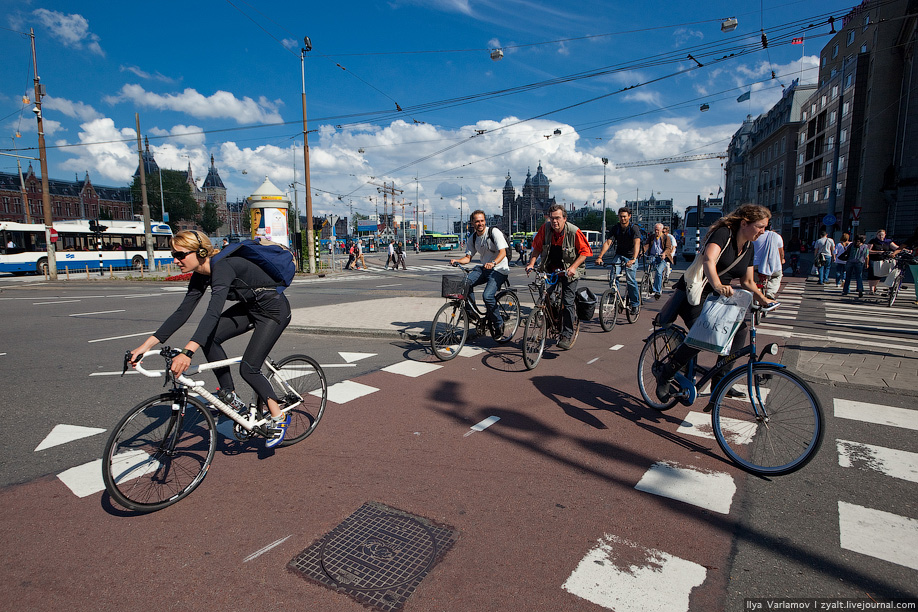 1) Велосипед – одно из основных средств передвижения в столице Голландии. До 40% городского населения имеет велосипеды и регулярно пользуется ими для поездок по Амстердаму. С иностранцами-велосипедистами  связано больше всего дорожных происшествий.