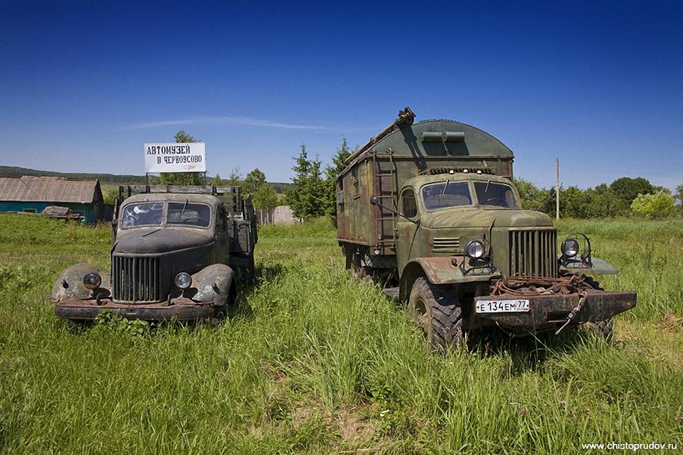 2) Слева с табличкой — «ЗИЛ-164А», который выпускался в 61—65 годах. Долгое время эти автомобили были верными «рабочими лошадками» практически во всех автохозяйствах Советского Союза. На их базе специализированные заводы выпускали большими сериями фургоны, заправщики, цистерны, пожарные машины, автокраны и многие другие типы специальной техники. Справа — «ЗИЛ-157» в модификации ПАРМ (передвижная авторемонтная мастерская). 157-ЗИЛы производились с 58 до 92 года, а некоторые серии до 94!