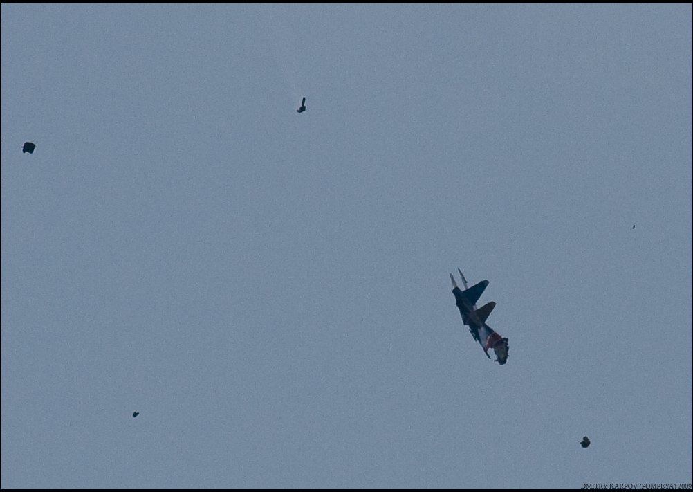 1) Первый упавший Су-27 УБ. Раскрылся только один купол. Второго небыло точно