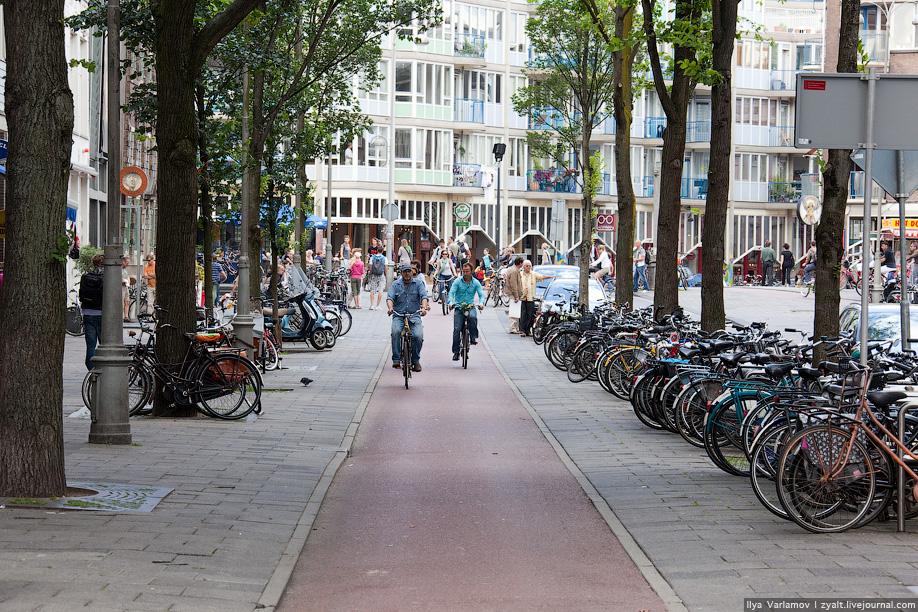2) В Амстердаме запрещено  движение на велосипедах у Центрального вокзала и вдоль улиц Leidsestraat, Stationsplein, Leidseplein, Rembrandtplein, Waterlooplein, а также парковка  у Центрального вокзала и на площади Дам.