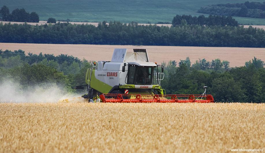 2) В смену один комбайн проходит около 60 гектар (6² км), и в зависимости от урожая это составляет 130-160 тонн зерна.