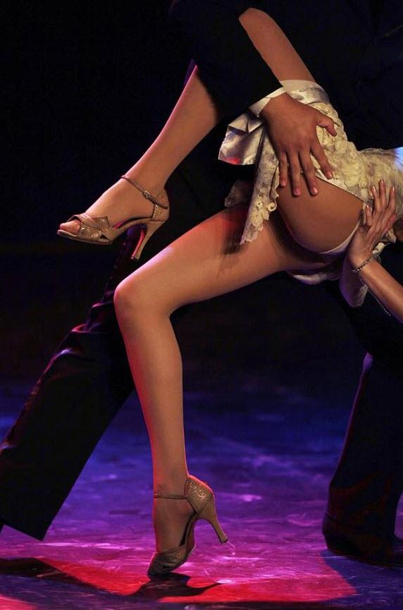 2. В чемпионате существует два вида состязаний – бальное танго и хореографическое танго в европейском стиле. На снимке: пара принимает участие в отборочном соревновании седьмого Чемпионата Мира по танго 26 августа. (Natacha Pisarenko, AP)