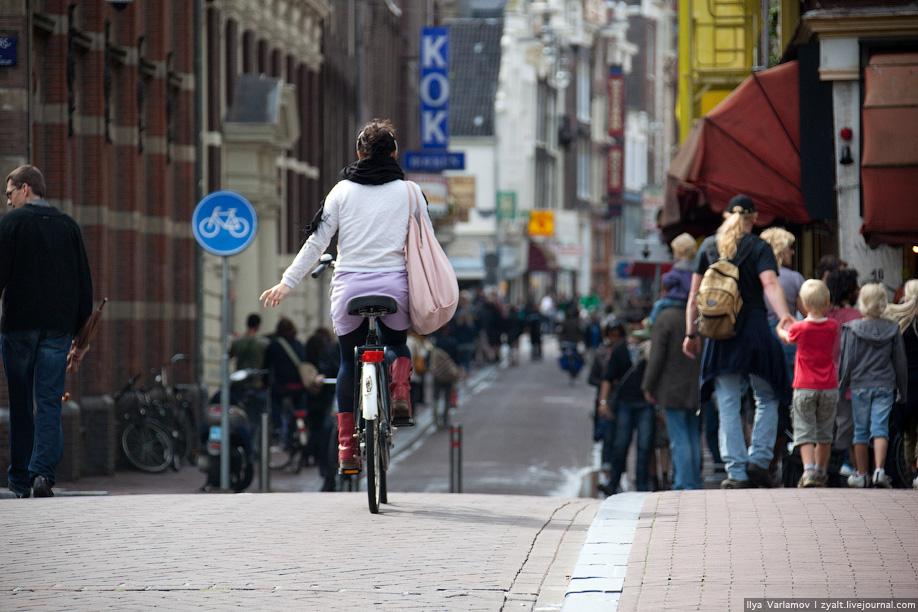 3) Многие улицы в старом центре отданы велосипедистам.