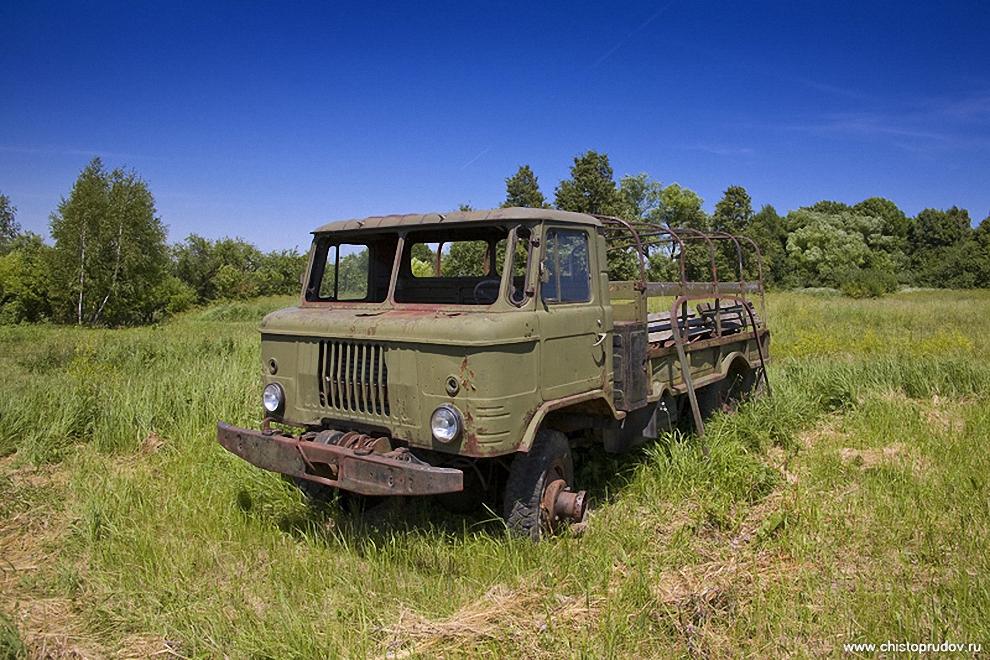 4) Грузовой автомобиль «ГАЗ-66А» повышенной проходимости и грузоподъёмностью 2 тонны. Выпускался в 64—68 годах. Легендарная проходимость обусловлена использованием самоблокирующихся дифференциалов, большим дорожным просветом и регулируемым давлением в колёсах.