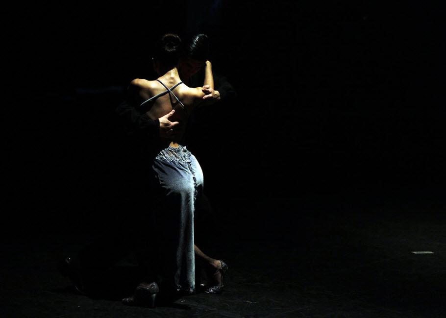 3. На снимке: пара танцует танго на открытии Чемпионата мира по танго 2009 в Буэнос-Айрес 23 августа. (Natacha Pisarenko, AP)