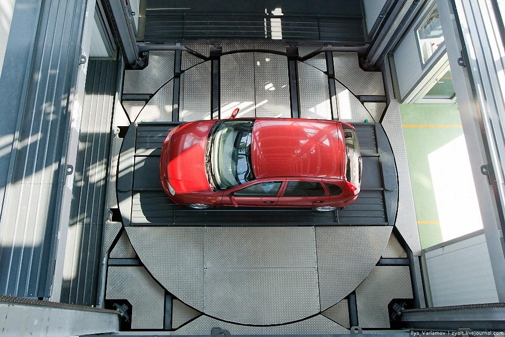 4) Подъем автомобиля осуществляется с помощью взаимозаменяемых подвижных паллет, устанавливающихся на подъемно-спусковой механизм, состоящий из прямоугольной платформы с поворачивающейся на 360º средней частью.