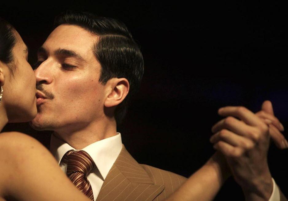 4. Пара танцует во время отборочных соревнований седьмого Чемпионата Мира по танго в Буэнос-Айресе 24 августа. (Natacha Pisarenko, AP)