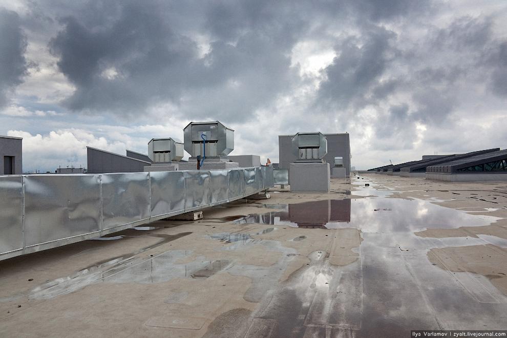 5) С крыши Терминала Е открывается отличный вид на взлетно-посадочную полосу. Здесь хотели сделать ресторан с открытой террасой, но по финансовым соображениям от этой идеи отказались.