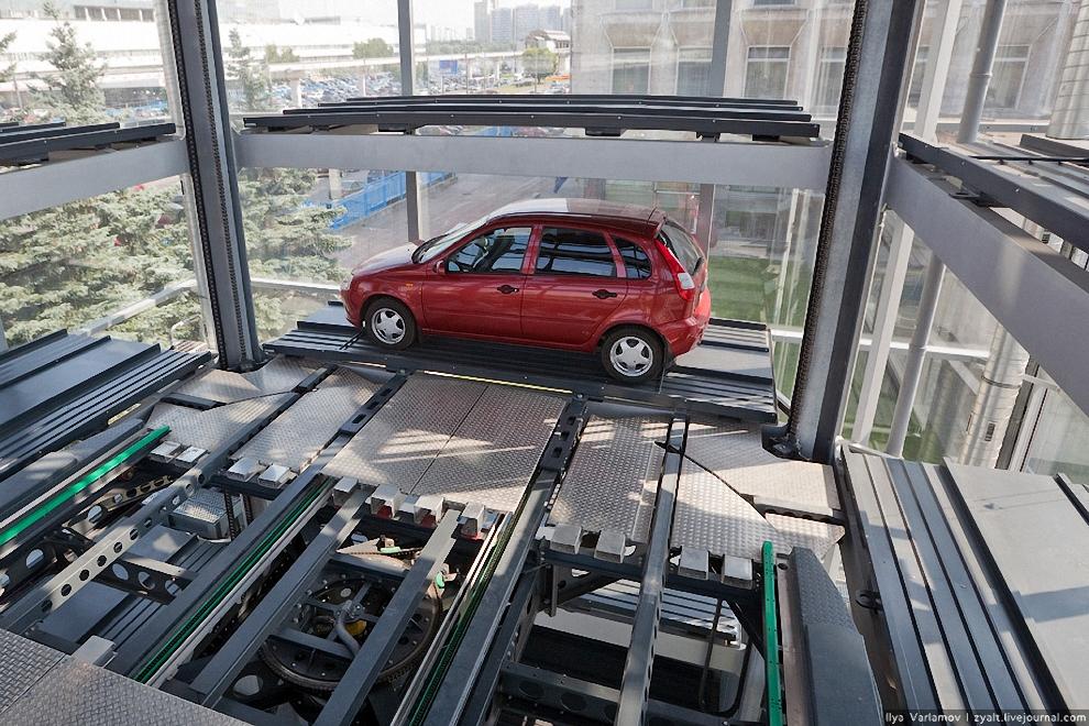 6) Въезд и выезд автомобиля осуществляется с первого уровня.