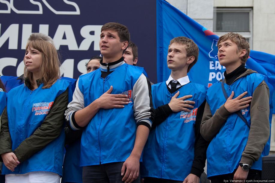 6. По сценарию все должны были дружно петь гимн России. Слова написали на большом плакате.