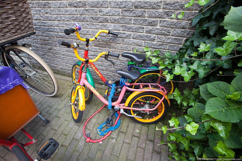 7) Как только детишки подрастают, они уже сами катаются на веселых велосипедиках.