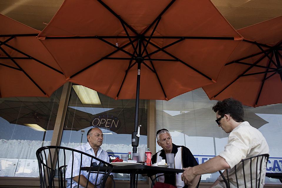 7. Слева направо: мистер Шофнер и мистер Вернер разговаривают с Райаном Майклом, их бизнес-консультантом, в кафе неподалеку от центра. (Brian L. Frank for The Wall Street Journal)