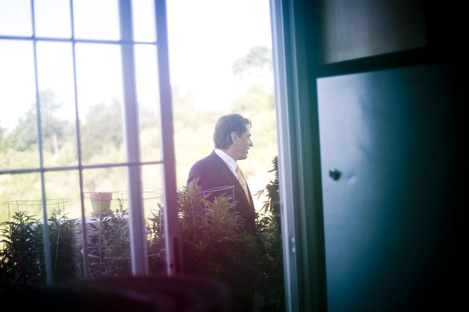 11. На снимке: мистер Кабби – опытный советник по вопросам медицинской марихуаны. В 1999 году его подозревали в выращивании марихуаны, однако обвинили только во владении незаконными грибами. На снимке мистер Кабби стоит рядом с рассадником марихуаны в своем доме. (Justin Maxon for The Wall Street Journal)