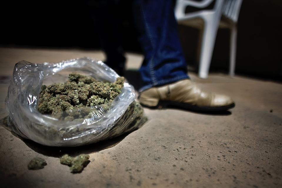 15. Мистера Меткалфа сбил грузовик, и теперь он постоянно чувствует боль по всему телу. Он говорит, что употребление марихуаны помогает ему воздерживаться от использования сильных болеутоляющих. (Brian L. Frank for The Wall Street Journal)