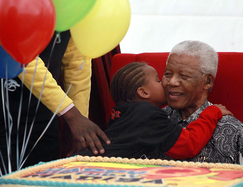 5) Ребенок целует 91-летнего Нельсона Манделу в пятницу в детской больнице Йоханнесбурга, пятой подобной больнице в Африке. Бывший президент ЮАР сказал, что открытие больниц просто необходимо на континенте, где многие не доживают до своего пятого дня рождения. «Это не роскошь, а жизненная необходимость, которую больше нельзя откладывать», - заявил он. (Karel Prinsloo/Associated Press)