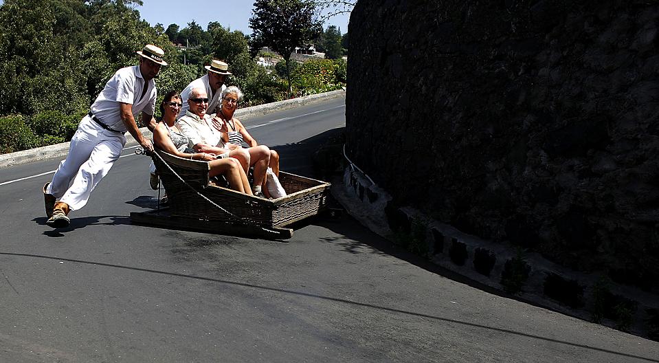 12) «Карейро» или «водители саней» катают туристов вокруг Монте, Мадейра, Португалия, четверг. (Nacho Doce/Reuters)