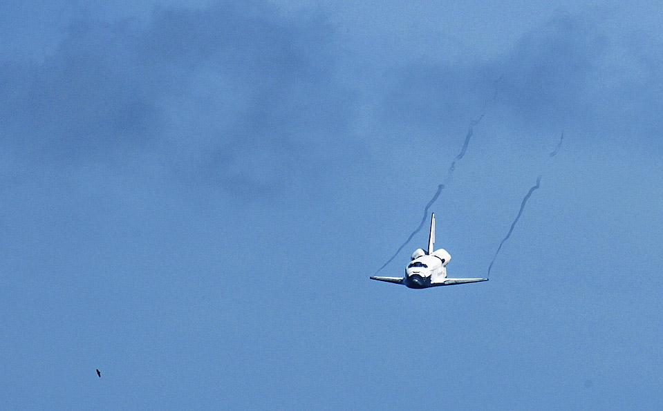 16) Космический шаттл Endeavour с семью астронавтами на борту приземляется на Мысе Канаверел, штат Флорида, после успешного завершения миссии по увеличению размера и мощности Международной Космической Станции. Полет шаттла продлился 16 дней. (Matt Stroshane/Getty Images)