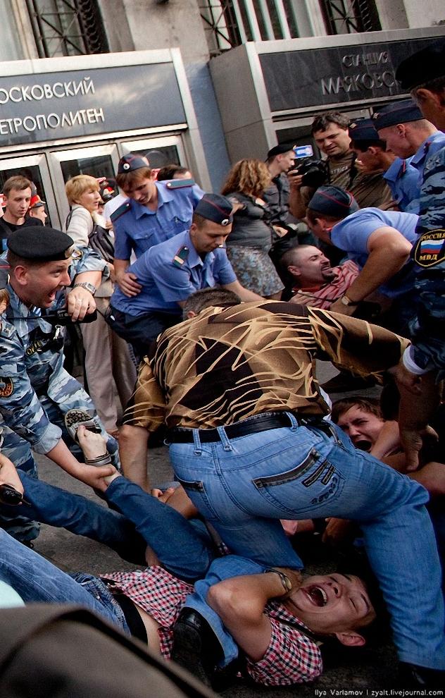8) Всех клали на землю и пытались затащить в клетку. Несогласные отчаянно сопротивлялись.