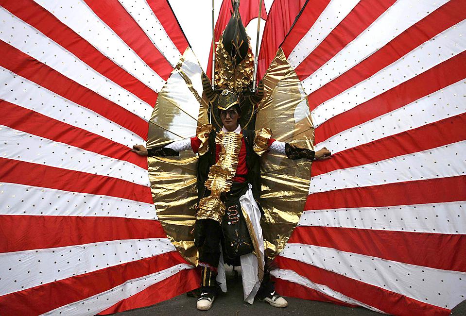 1) Один из участников Модного карнавала в индонезийском городе Джембер. В карнавале, прошедшем в это воскресенье, участвовали около 450 человек. (Sigit Pamungkas/Reuters)