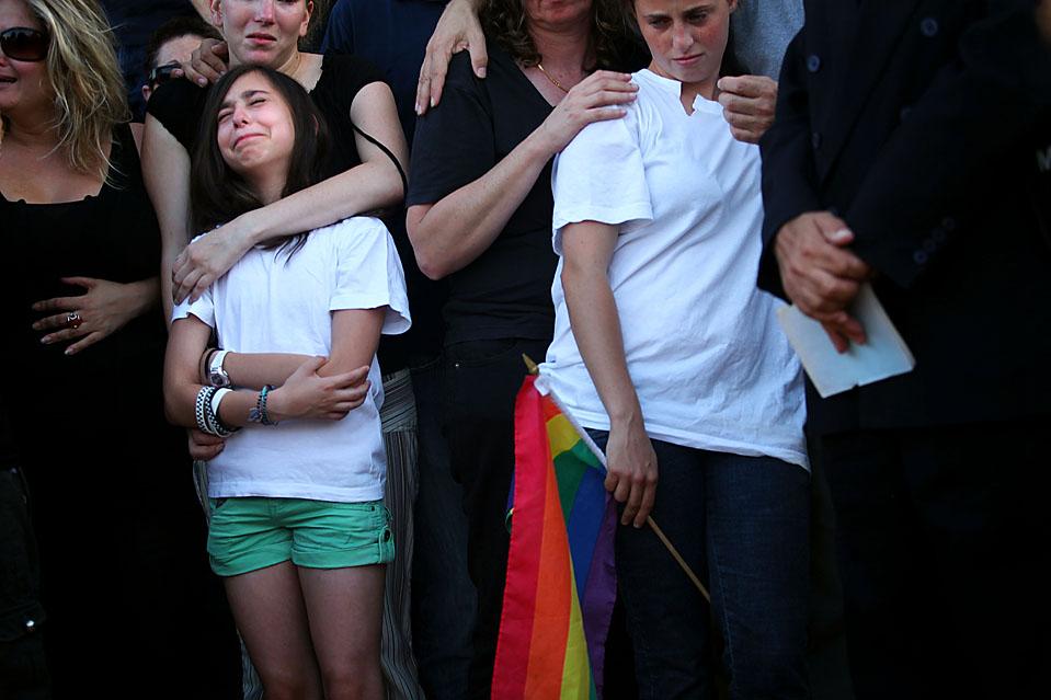 3) Семья 26-летнего Нира Каца скорбит во время его похорон в израильском городе Модиин, в воскресенье. В субботу в результате стрельбы в тель-авивском молодежном центре были убиты двое: Кац и 17-летняя девушка, а 11-ть человек получили ранения. Полиция говорит, что убийца в маске скрылся с места преступления на своих двоих. (Uriel Sinai/Getty Images)