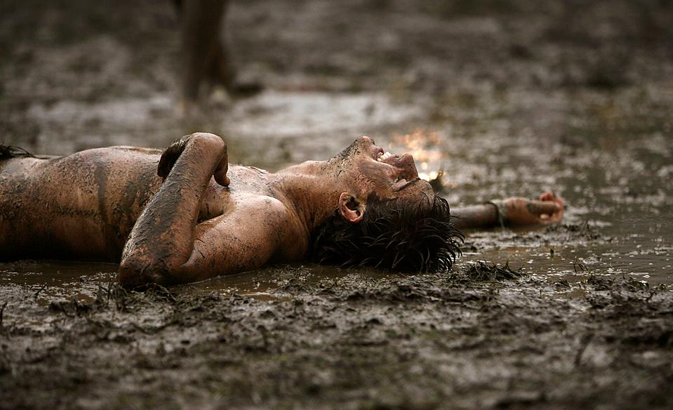 показал человек упал в грязь картинки контактные
