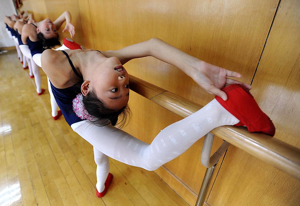 5) Дети занимаются балетом в городе Хэфэй, китайской провинция Аньхой. Сотни детей в возрасте от 4 до 15, занимаются в балетной школе во время летних каникул. (Jianan Yu/Reuters)