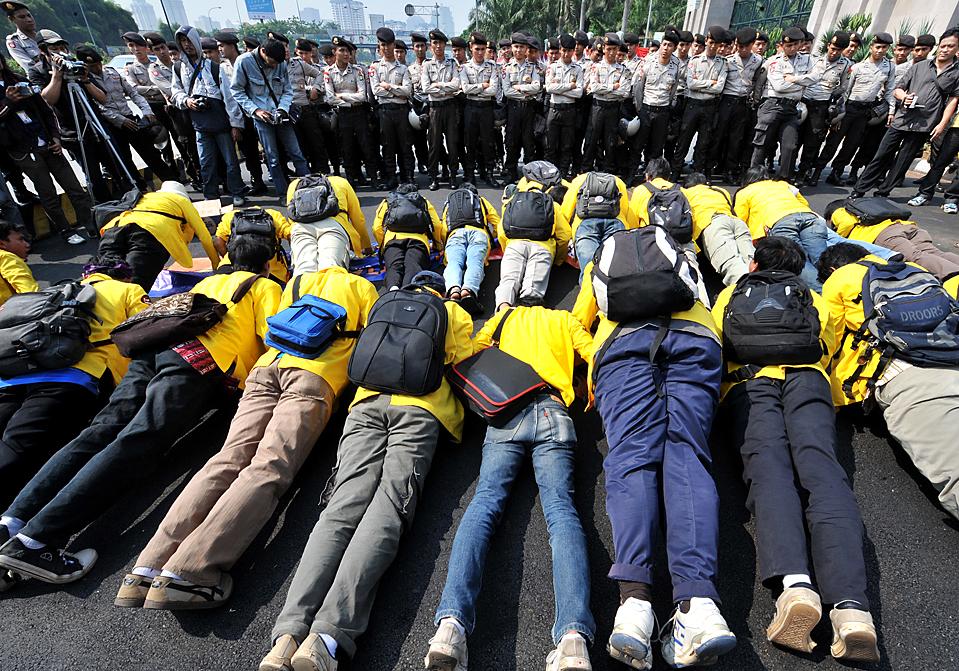 10) Студенты лежат перед полицией во время демонстрации в Джакарте, Индонезия. Участники демонстрации требовали большей прозрачности государственного бюджета. Между тем, президент Сусило Бамбанг Юдхойоно обнародовал бюджет 2010 года, которая обещает сократить бюджетный дефицит. Он сказал, в следующем году дефицит должен сократиться до 1,6% от валового внутреннего продукта по сравнению с 2,5% в этом году. (Bay Ismoyo/Agence France-Presse/Getty Images)
