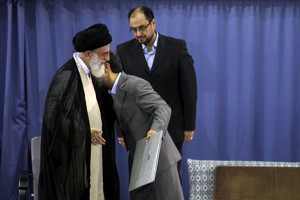 11) Президент Махмуд Ахмадинежад, справа, целует Верховного лидера Ирана аятоллу Али Хаменеи в Тегеране в понедельник. Высший руководитель официально выразил одобрение по поводу продолжения президентских полномочий г-на Ахмадинежада на второй срок после проведения спорных выборов, которые привели к арестам и судебным разбирательствам. (Khamenei.ir via Reuters)
