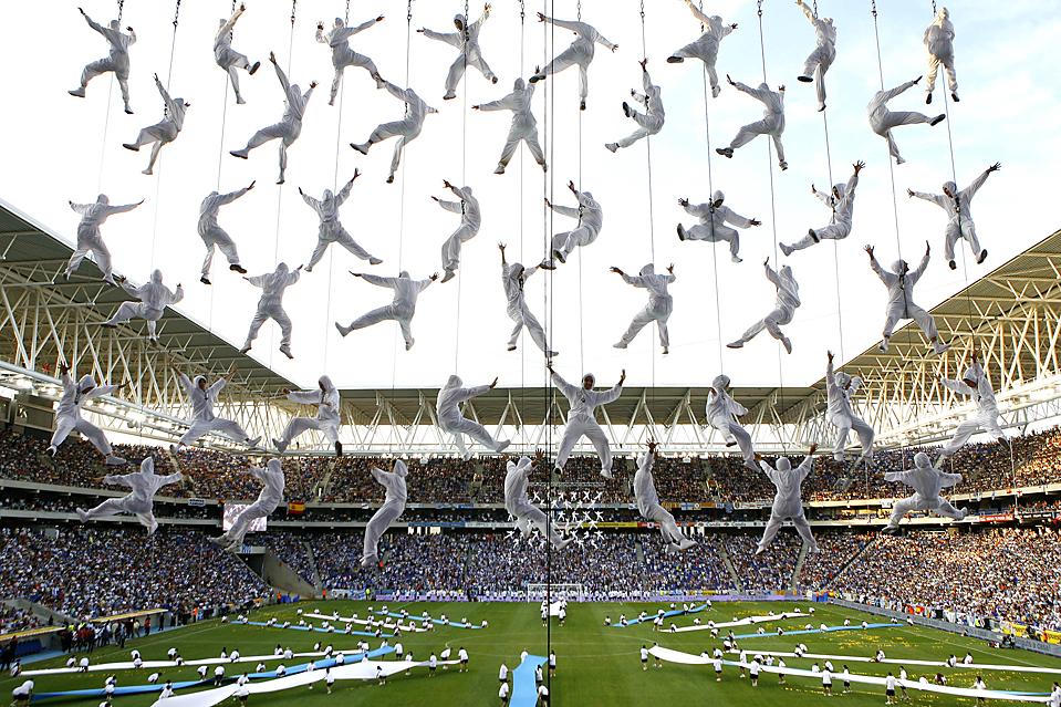 13) Артисты развлекают толпу во время церемонии открытия нового стадиона футбольной команды Эспаньол расположенной недалеко от Барселоны. (David Ramos/Associated Press)