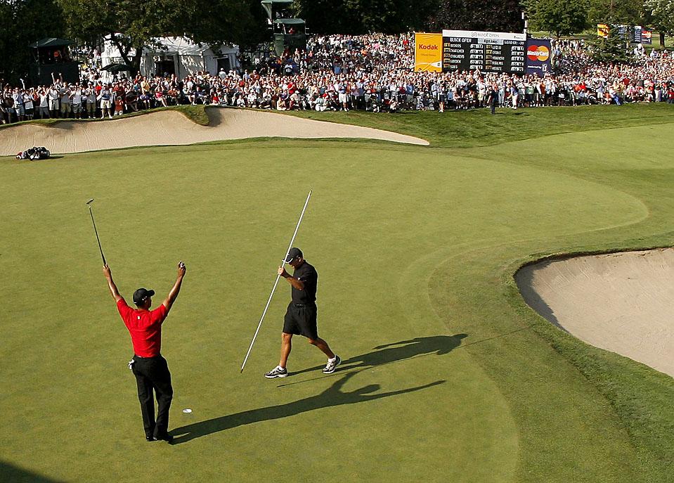 16) Тайгер Вудс радуется своей победе на турнире Бьюик Опен в гольф-клубе Варвик Хилз в Гранд-Бланк, штат Мичиган. (Gregory Shamus/Getty Images)