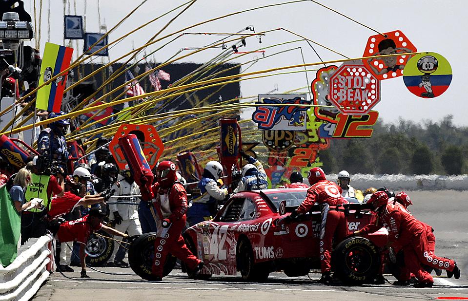 7. Гонщик Хуан Пабло Монтойя притормозил у пит-стопа во время знаменитых гонок NASCAR на круге Поконо в Лонг Понд, Пенсильвания, понедельник. Мистер Монтойя пришел вторым, уступив Денни Хамлину. (Mel Evans/Associated Press)