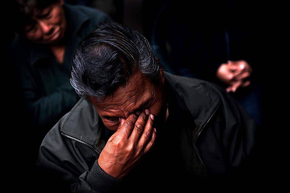 11. Отец убитого офицера полиции плачет на панихиде в Лиме, Перу, в понедельник. Власти сообщают, что подозреваемые мятежники из партии «Shining Path» убили трех офицеров и двух женщин в районе выращивания коки в воскресенье. (Ernesto Benavides/Agence France-Presse/Getty Images)