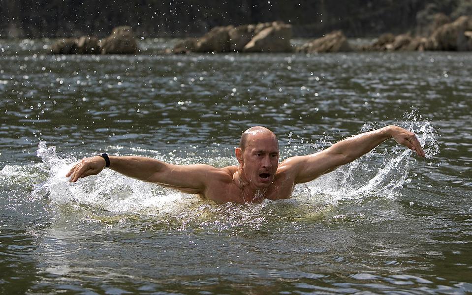 14. Российский премьер-министр Владимир Путин во время поездки в горы сибирской Тывы, будучи в отпуске, понедельник. Всего через несколько дней ему предстоит поездка в родной город на встречу с представителями организации <a href=