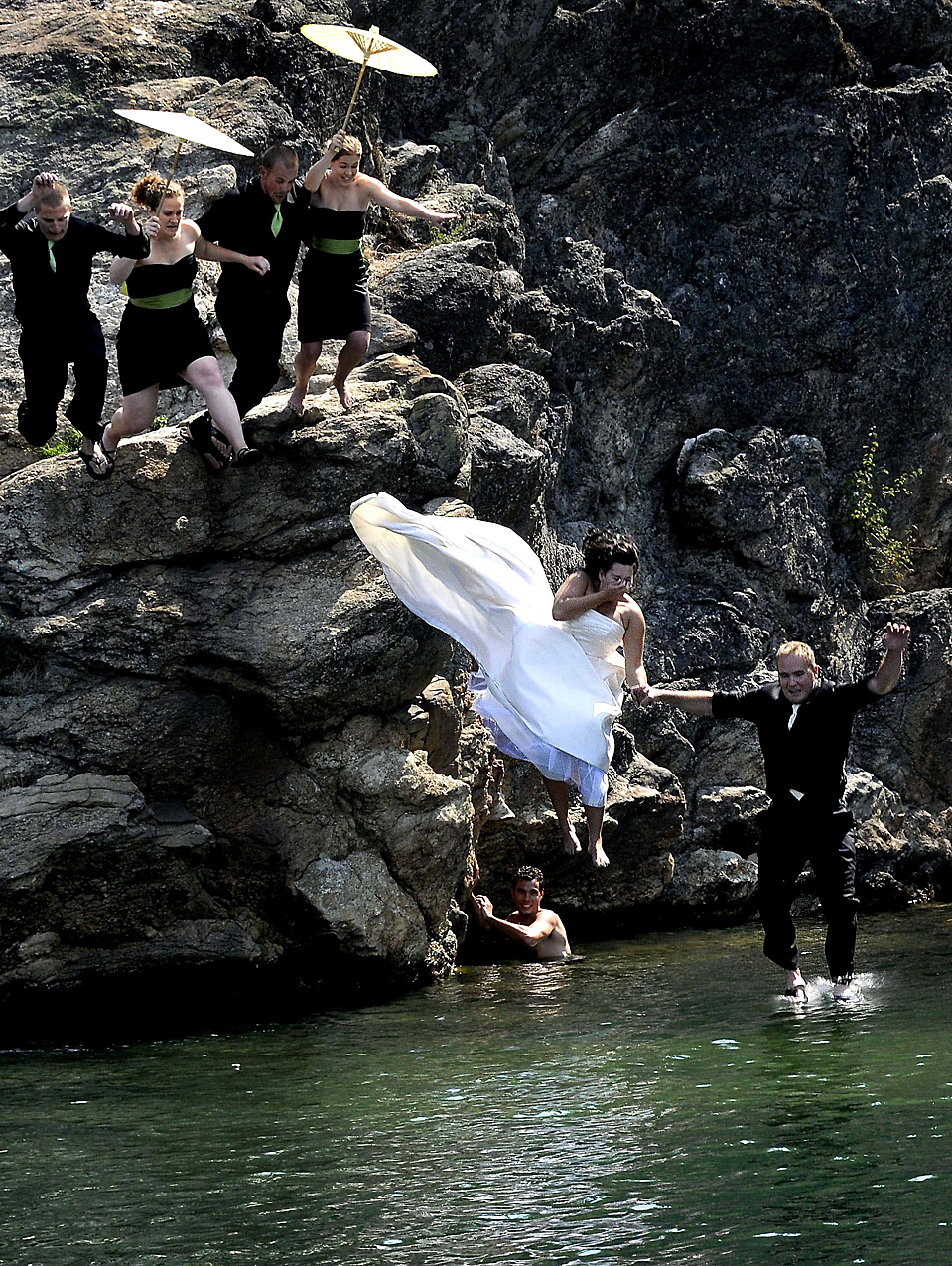 15. Леонел Хоскинсон и ее супруг Роб Хоскинсон, а также их шаферы и подружки невесты прыгают в озеро Кур д'Олен в одноименном городе, штат Айдахо, понедельник. (Kathy Plonka/The Spokesman Review via Associated Press)