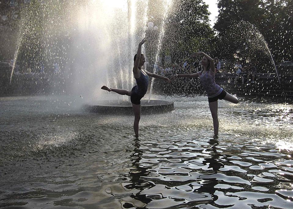 16. Студенты балетной школы Жоффрей Алиса Бойсен (слева) и Мишель Людвиг (справа) репетируют в фонтане парка Вашингтон в Нью-Йорке в понедельник. (Gary Hershorn/Reuters)