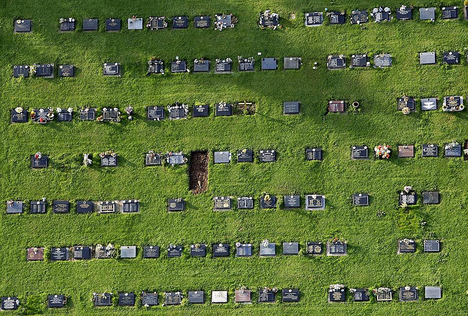 12) Этот снимок, запечатлевший кладбище недалеко от Бристоля был сделан с воздушного шара. (Stefan Wermuth/Reuters)