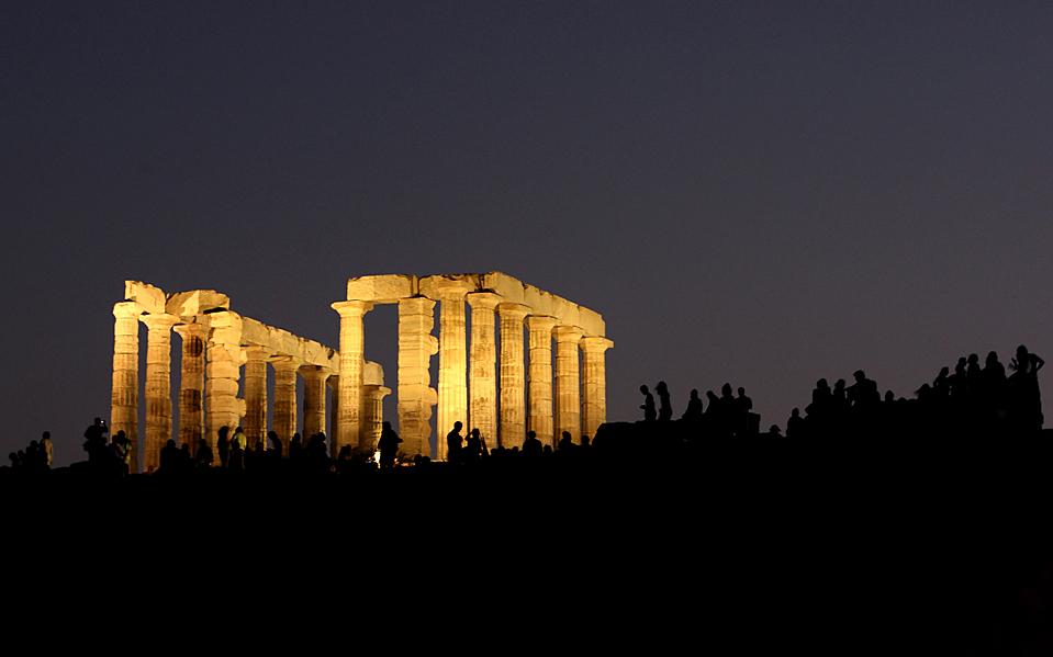 13) Люди посещают Храм Посейдона, расположенный к югу от Афин. Многие археологические объекты по всей Греции были открыты для посещения публикой во время августовского полнолуния. (Yiorgos Karahalis/Reuters)