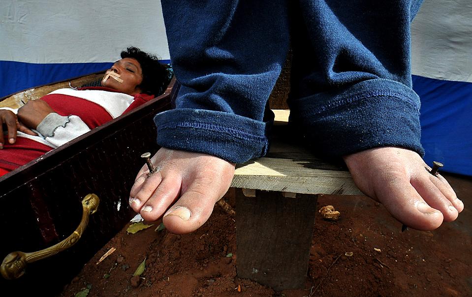 14) Бездомные, у некоторых из которых пробиты гвоздями ноги и руки, во время демонстрации в парагвайском городе Асунсьон. Демонстранты требуют помощи со стороны правительства. (Norberto Duarte/Agence France-Presse/Getty Images)