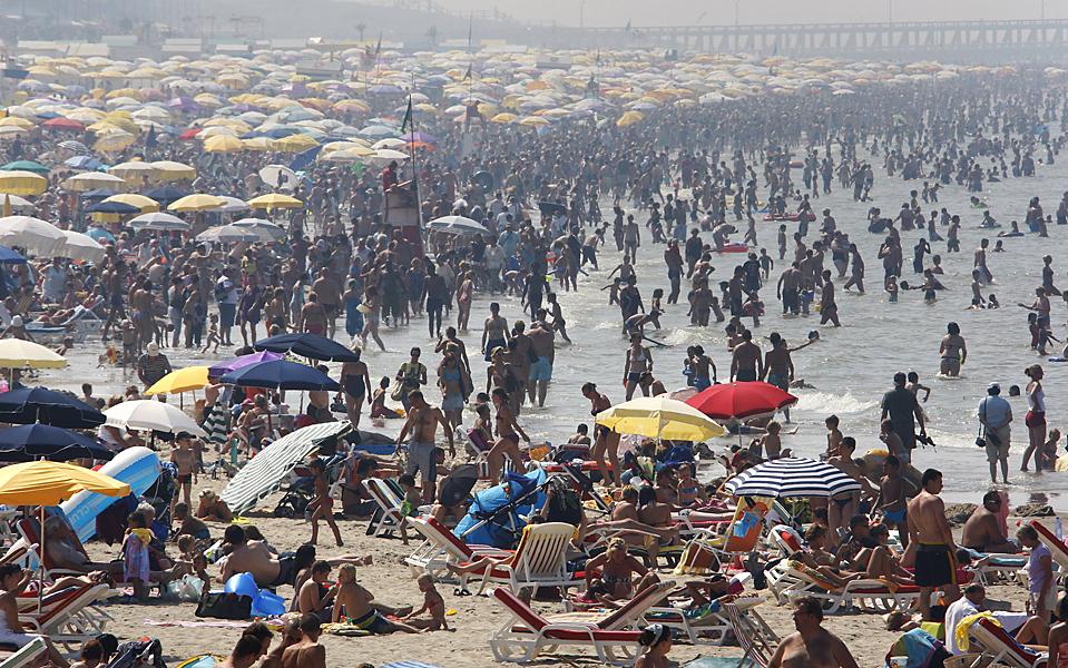 1) Люди отдыхают на пляже в приморском  городе Бланкенберге в Бельгии. (Francois Lenoir/Reuters)