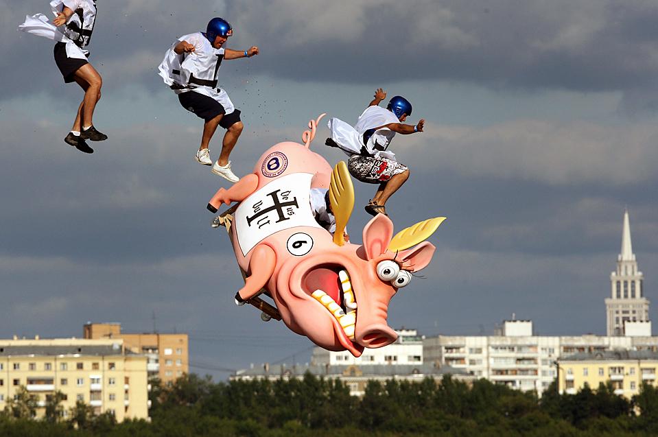 """1) Участники ежегодного фестиваля """"Flugtan"""", который прошел в Москве в воскресенье. Команды со всей России соревновались, кто оригинальнее пролетит на самодельном летательном аппарате с шестиметрового трамплина. (Agence France-Presse/Getty Images)"""