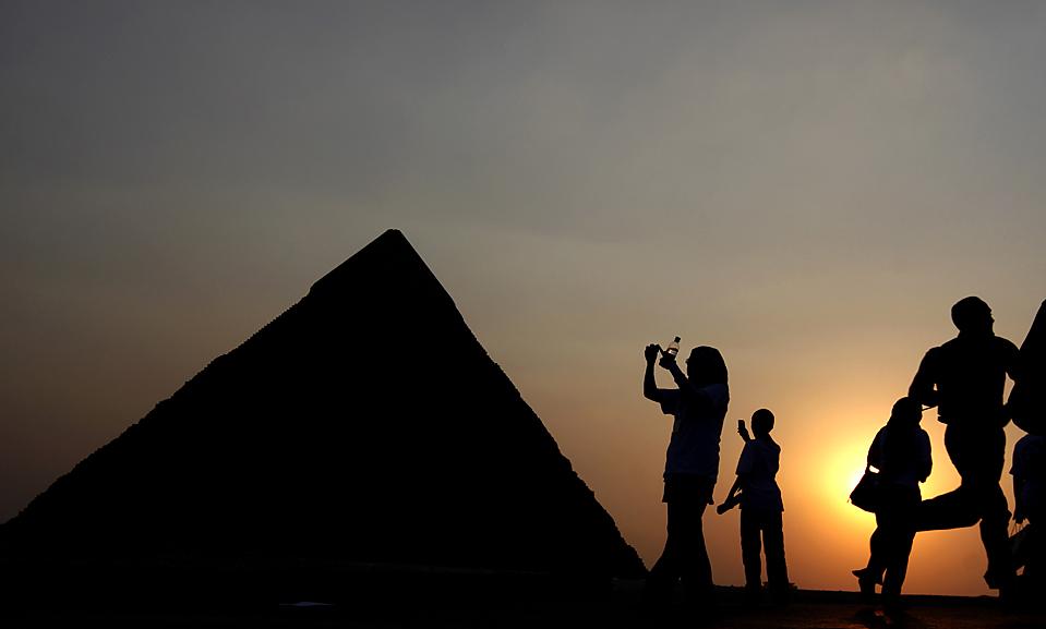 9) Египетские активисты фотографируют пирамиды в воскресенье во время марша, организованного Египетским Верховным советом по древностям с целью поощрения посещения местных памятников. (Amr Nabil/Associated Press)