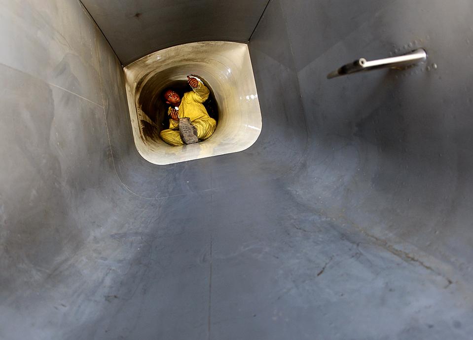 13) Старший летчик ВВС США Камерон Захари осматривает воздухозаборник двигателя на реактивном истребителе F-15E на авиабазе Баграм в понедельник перед началом боевого задания в Афганистане. (Oleg Popov/Reuters)