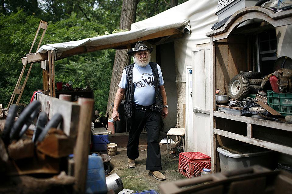 4) Джек Эдкинс построил себе дом в Тент Сити собственными руками из деревянных перекладин. В доме есть небольшая печь и кровать. (Josh Anderson for The Wall Street Journal)